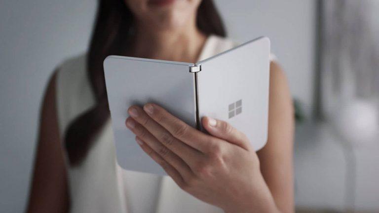 Microsoft Surface Duo – tester z telefonem nagrany w komunikacji miejskiej